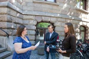 FIAN Norge leverte et opprop med 1092 signaturer til statssekretær Hilde Singsaas der vi ber pensjonsfondet trekke seg ut av gruveselskapet Goldcorp.